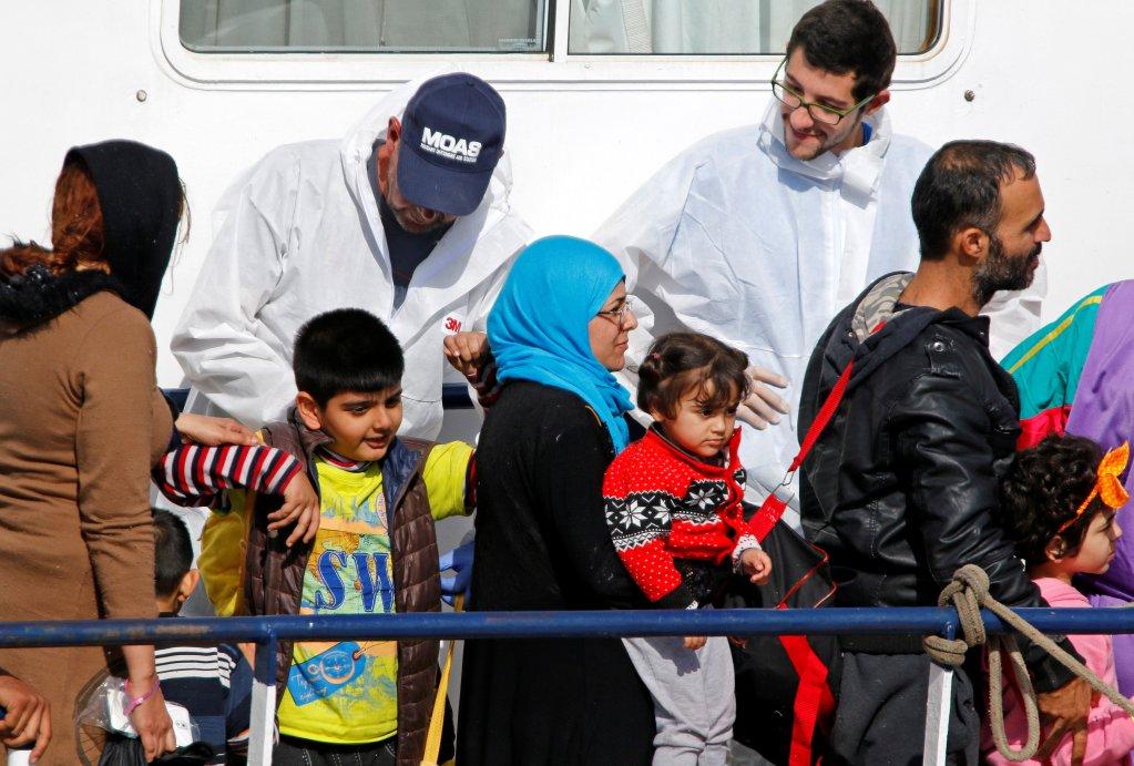 Des migrants attendent de débarquer du Phoenix, le navire de la Migrant Offshore Aid Station (MOAS) dans le port sicilien de Catane, le 6 mai 2017. Crédit : Reuters