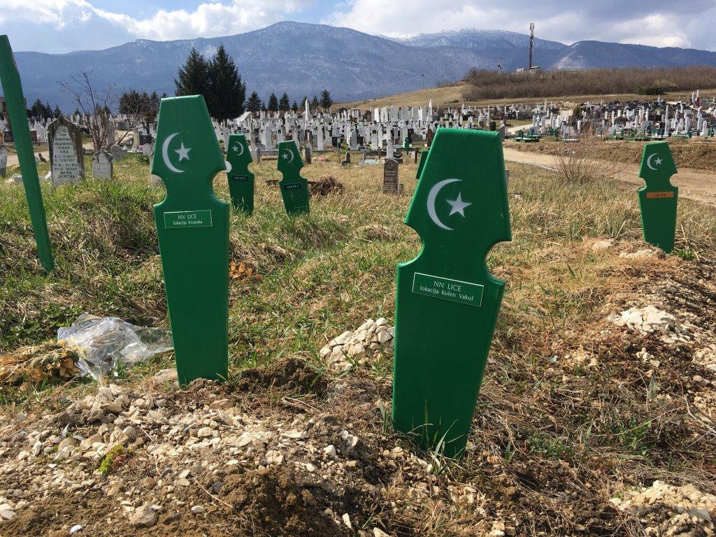 """مقبرة """"هومشي"""" في """"بيهاتش""""، حيث دفن نحو 10 مهاجرين خلال عامين. المصدر: مهاجر نيوز"""
