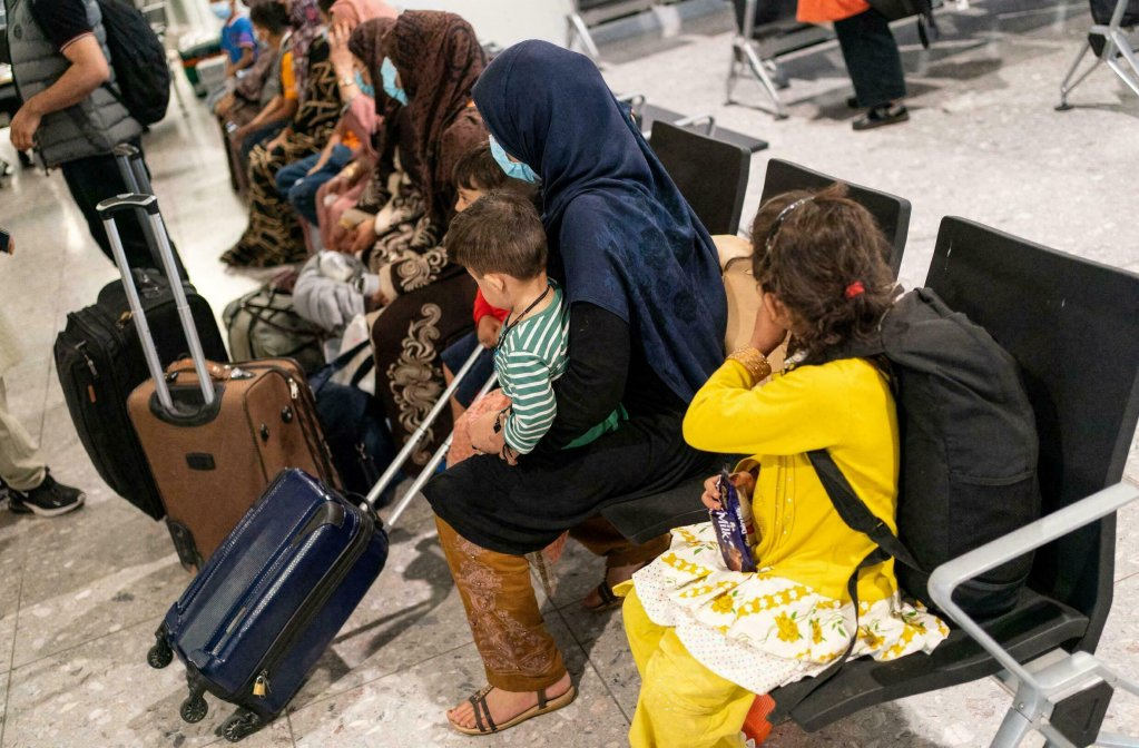 Des réfugiés afghans à l'aéroport de Londres après leur évacuation. Crédit : AFP