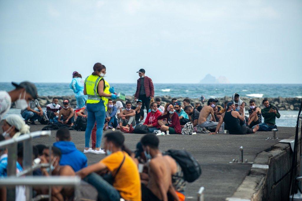السلطات الإسبانية تستقبل مهاجرين بعد وصولهم إلى ميناء أورسولا في 26 أيلول/ سبتمبر 2021. المصدر: إي بي إيه/ خافيير فونتيس فيجوروا.