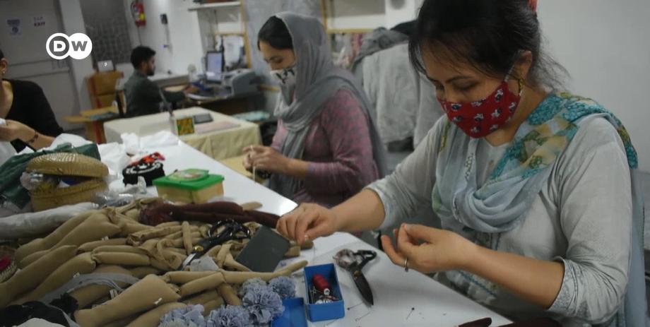 Hazara women stitching dolls | Source: Screeshot video report DW