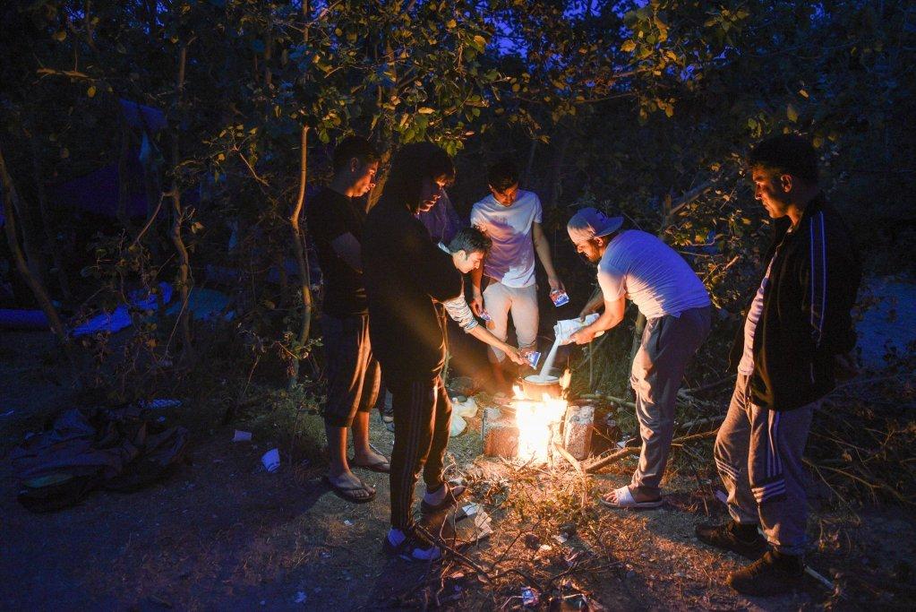 گروهی از مهاجران در کمپ هوت در کاله، جولای ۲۰۱۹. عکس از مهدی شبیل/ مهاجر نیوز