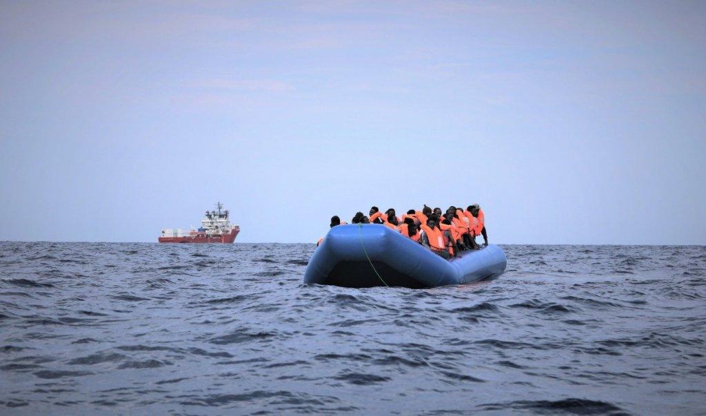 """کشتی نجات """" اوشن ویکنگ""""٥٠ مهاجر سرگردان از جمله ۱۲مهاجر زیرسن و یک زن حامله را روز ۸ سپتمبر  از مدیترانه نجات داد. عکس از صفحه تویتر اس او اس مدیترانه"""