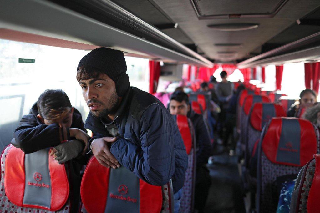 ANSA / لاجئون سوريون يستقلون حافلة في إسطنبول للعودة إلى بلادهم. المصدر: إي بي إيه/ أردام شاهين.
