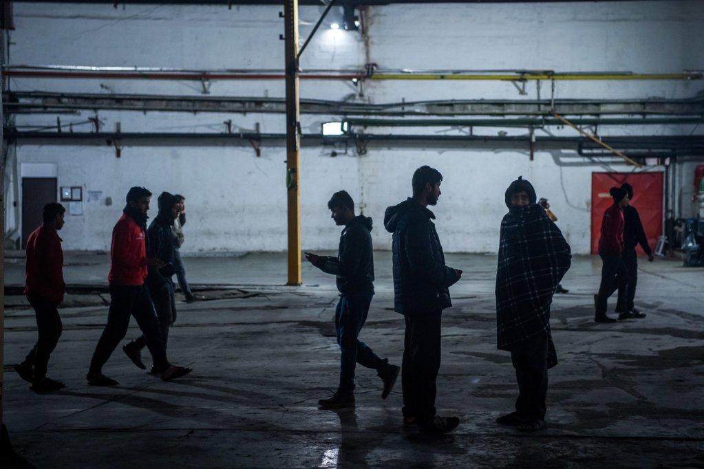 ANSA / مهاجرون يسيرون في باحة مركز بيرا للاستقبال المؤقت في بيهاتش، شمال غرب البوسنة. المصدر: إي بي إيه / زولتان بالوغ.