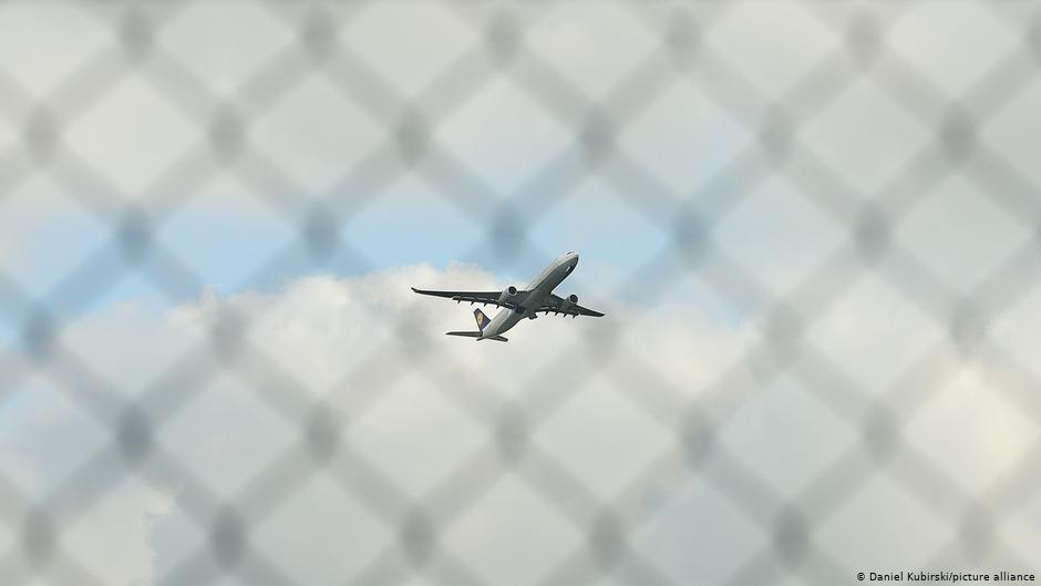 یک هواپیما در آسمان/عکس: Daniel Kubirski/picture-alliance