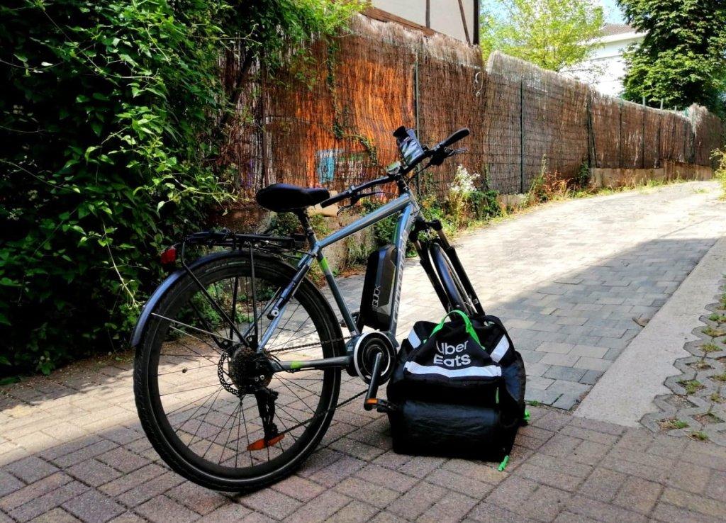 Tous les jours, Abdul Manaf enfourche son vélo électrique pour 25 kilomètres de livraison. Crédit : Abdul Manaf Zahid