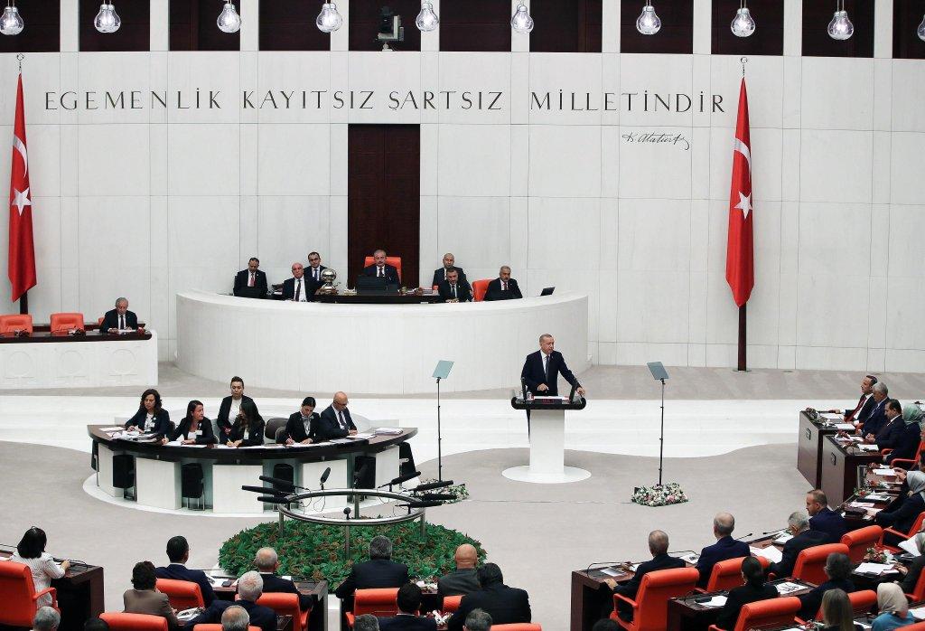 ANSA / أردوغان يعلن أمام البرلمان التركي عن خطة لنقل مليوني لاجئ سوري إلى شمال شرق سوريا. المصدر: إي بي إيه / مكتب الرئيس التركي.