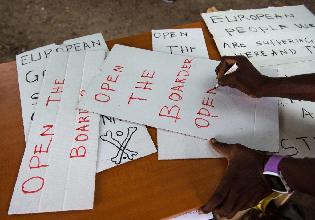 ANSA / لاجئون في إيطاليا يكتبون لافتات للمطالبة بفتح الحدود. المصدر: إي بي إيه/ فرانشيسكا أجوستا/ تي إي برس.