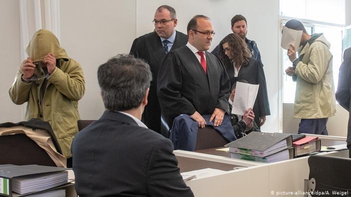 محاكمة أربعة لاجئين في ألمانيا بتهمة الاعتداء بشكل عشوائي على مارة