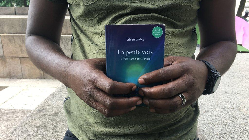 Beaucoup de migrants regrettent de ne plus pouvoir lire depuis qu'ils ont quitté leur pays. Crédit : InfoMigrants