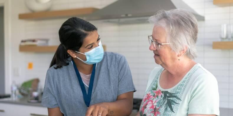 """Le secteur de l'aide à domicile veut attirer """"les personnes étrangères"""" pour compenser le départ à la retraite de centaines de milliers de salariés. Crédits : Getty Images"""