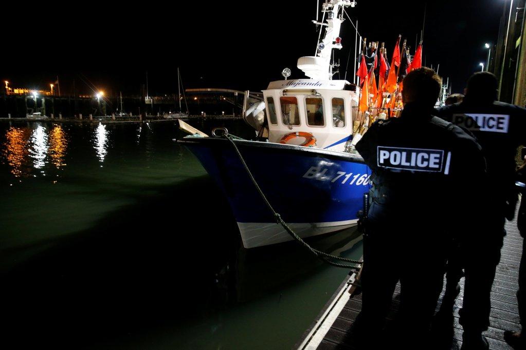 پلیس دریایی فرانسه هنگام گزمه در بندر بولوین سورمر در شمال فرانسه، ١١ جنوری ٢٠١٩. عکس از پاسکال روسینیول، رویترز