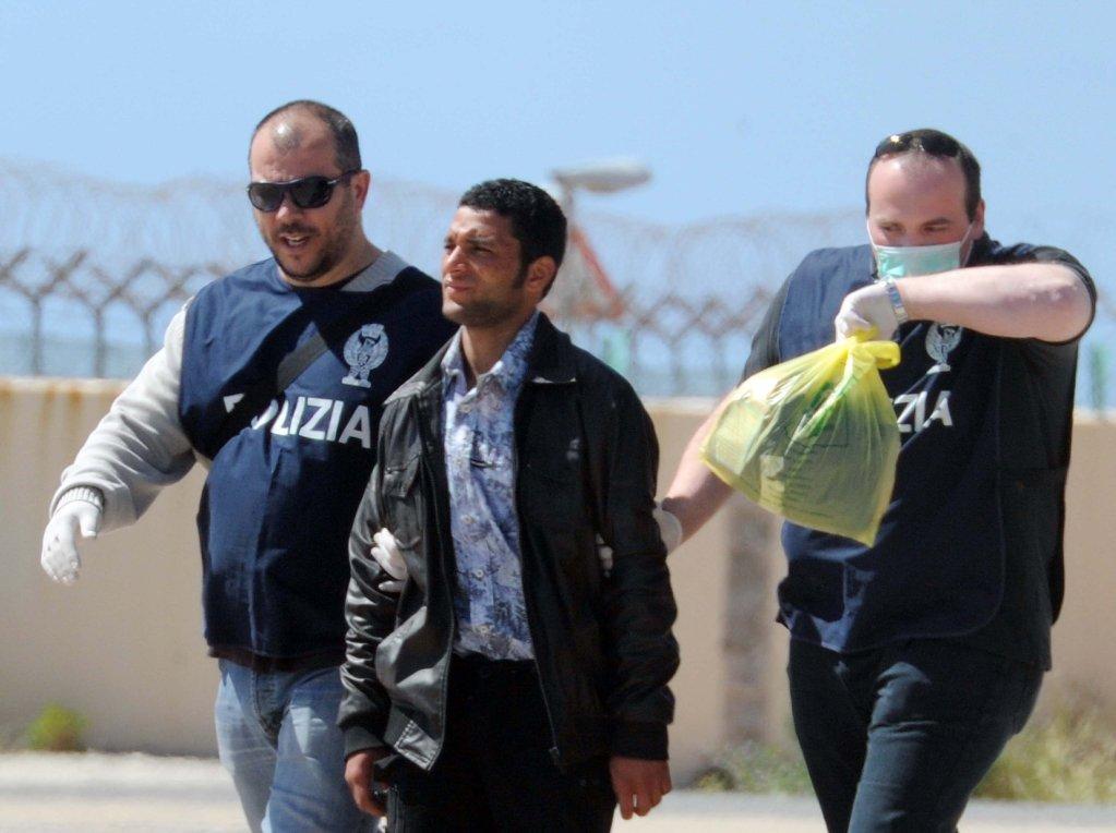 إحدى عمليات إعادة المهاجرين في لامبيدوزا. المصدر: أنسا/ كارلو فيرارو