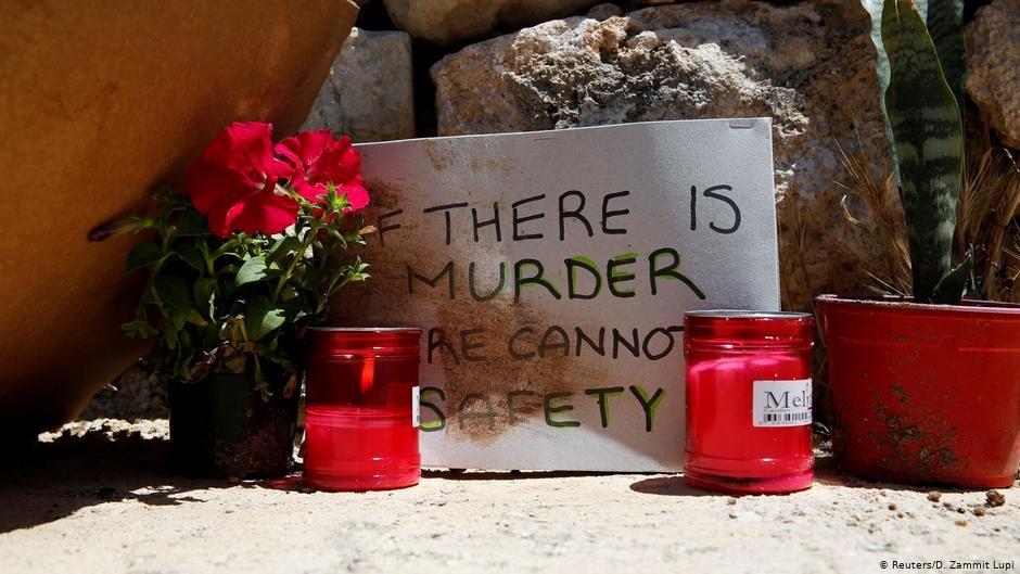 ورود وشموع في المكان الذي قتل فيه المهاجر الإفريقي. صورة من الأرشيف