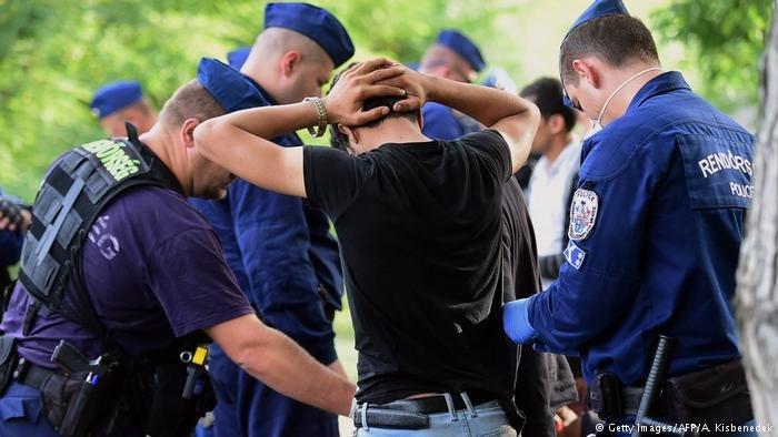 پولیس مجارستان را در جریان بازداشت یک پناهجو نشان میدهد.