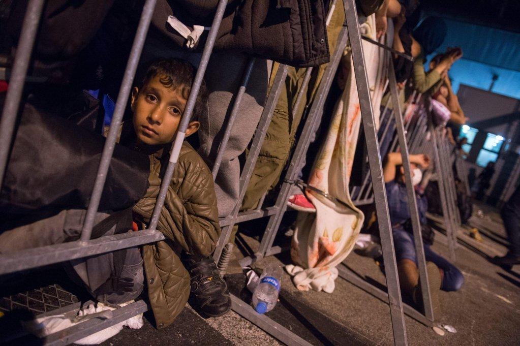 طفل سوري وبعض المهاجرين في مركز استضافة في سلوفينيا. المصدر: إي بي إيه / ماريان مورات / أنسا.