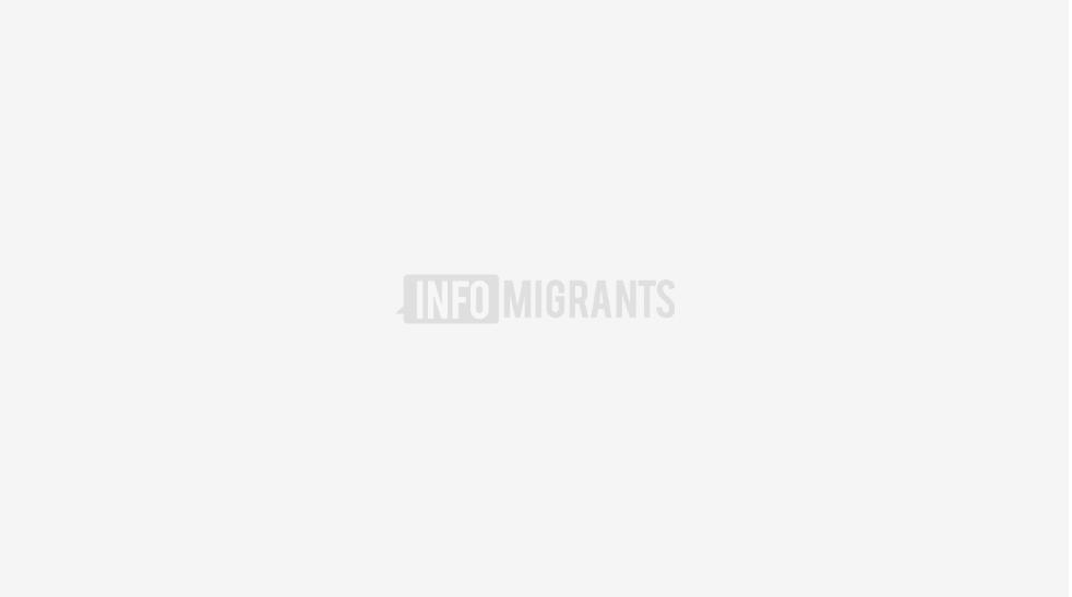 أحد المهاجرين المضربين عن الطعام في المجر محاطا بافراد الشرطة