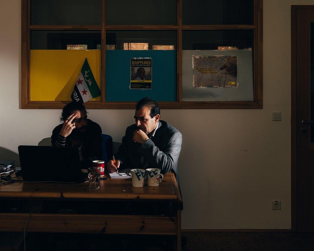 Hannes Jung / RFI |Anwar al-Bunni (à droite), avocat syrien et réfugié à Berlin.