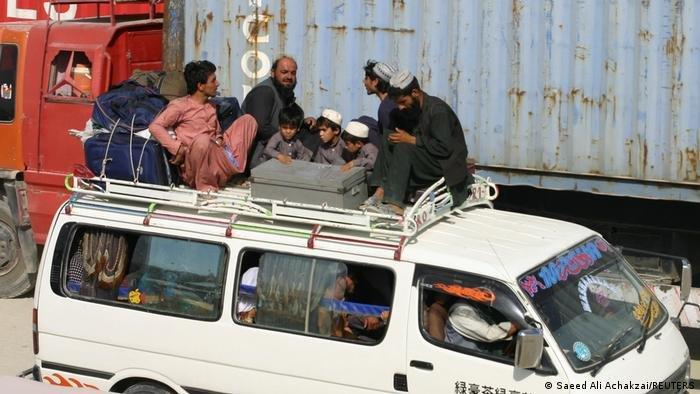 عکس از آرشیف: شمار زیادی از افغانها تلاش می کنند بعد از به قدرت رسیدن طالبان این کشور را ترک کنند