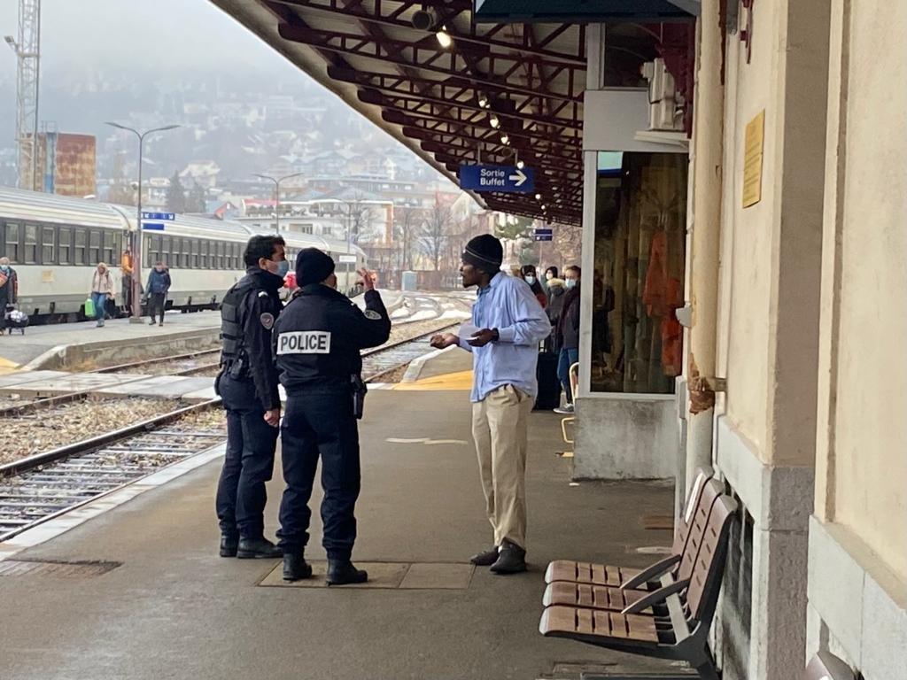 عناصر شرطة في محطة قطار بريانسون. المصدر: مهاجر نيوز/شارلوت بواتيو