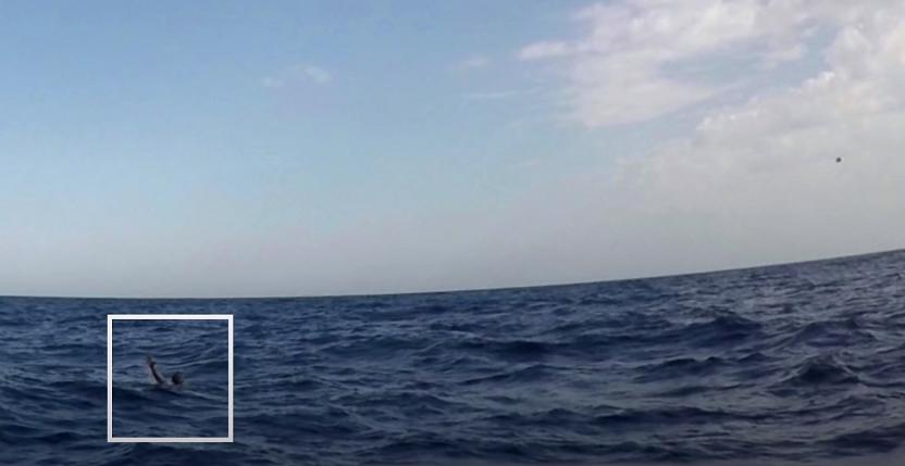 روز ٦ نومبر سال ٢٠١٧ در مدیترانه؛ یک مهاجر در حال غرق شدن. تصویر ویدئویی از یوتیوب