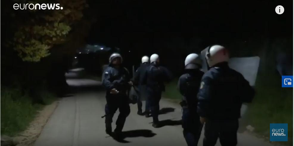 عکس از آرشیف/ شماری از ماموران پولیس یونان/منبع: اسکرین شات از رویترز/ویدیوی یورونیوز