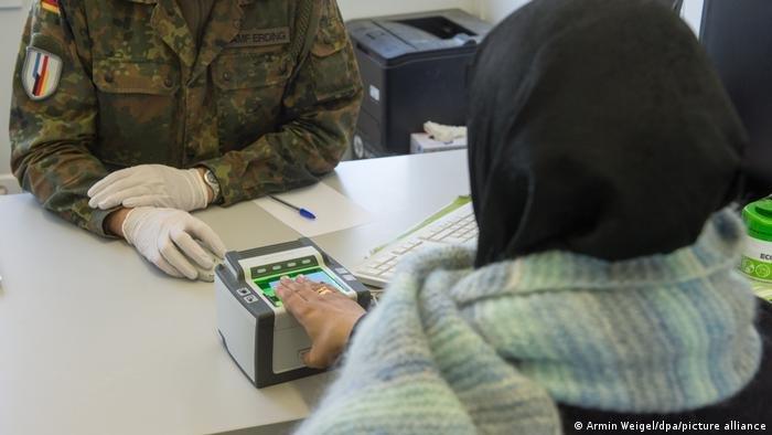 ازدياد ملحوظ في أعداد طلبات اللجوء المقدمة من أفغان بعد استيلاء حركة طالبان على الحكم في أفغانستان في أغسطس/ آب (صورة من الأرشيف)