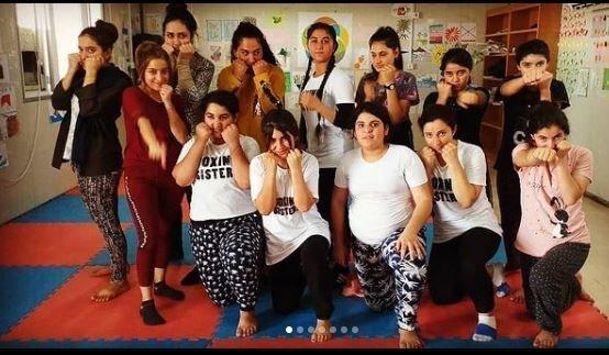 Husna, debout au milieu, avec le groupe des Boxing Sisters du camp de Rwanga dans le Kurdistan irakien | Photo : privée