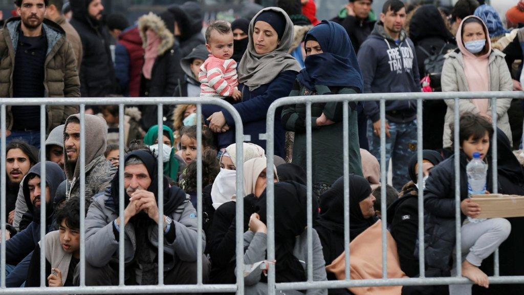 Quelque 500 migrants, dont de nombreuses familles avec des enfants en bas âge, attendent, mercredi 4 mars, d'embarquer à bord d'un vaisseau militaire dans le port de Mytilène, sur l'île grecque de Lesbos. Photo : Reuters