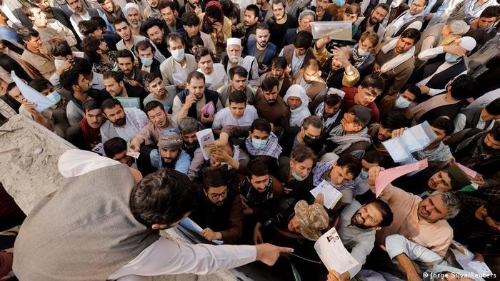 شمار زیادی از افغان ها هنوز هم امیدوارند تا افغانستان را ترک کرده بتوانند (عکس آرشیف)