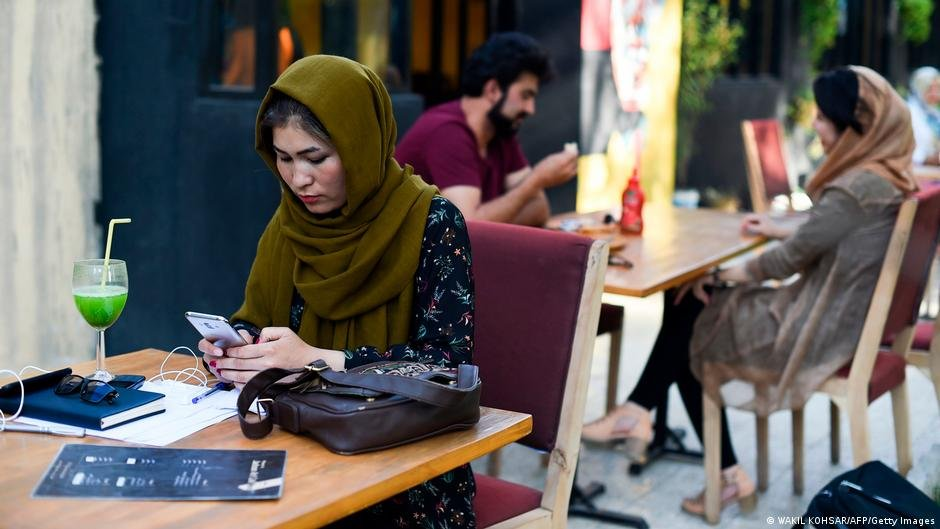 Many young and female Afghan social media influencers are now seeking exile | Photo: Wakil Kohsar/AFP/Getty Images (via DW)