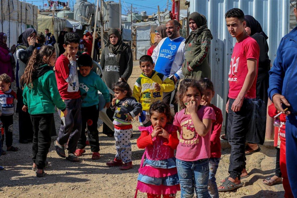 عدد من الأسر السورية اللاجئة في مخيم محمرة عكار بشمال لبنان. المصدر: نبيل منزر.