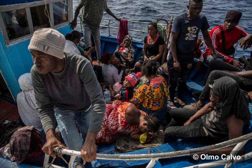 L'ONG Proactiva Open Arms a repéré, dimanche 30 juin, 55 personnes en détresse sur une barque bleue, au large de Lampedusa. Crédit : Olmo Calvo/Open Arms