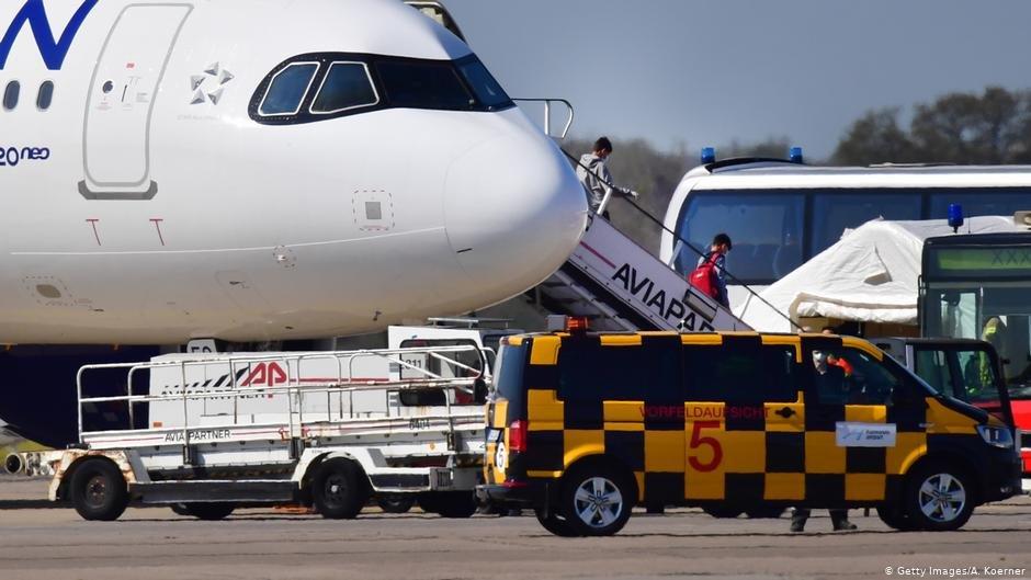 انتقال پناهجویان خورد سال با خانواده های شان از جزایر یونان به میدان هوایی هانوفر آلمان (عکس آرشیف)
