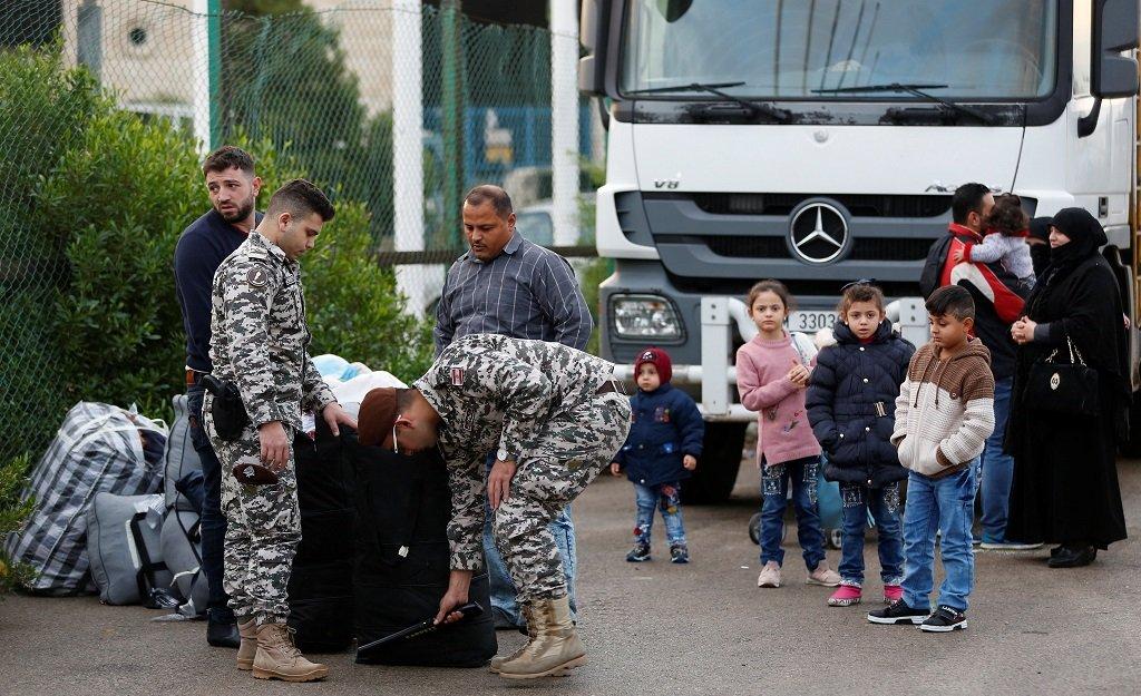 عناصر من جهاز الأمن العام اللبناني يتفقدون أمتعة لاجئين سوريين في بيروت قبيل عودتهم إلى بلادهم  في 6 كانون الأول/ديسمبر 2018/رويترز