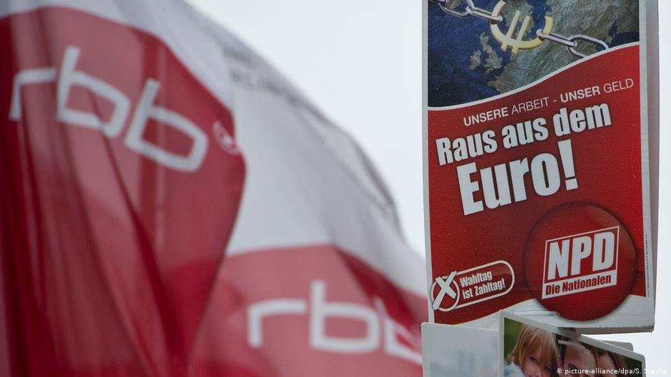 RBB flags and an electoral campaign poster of the extreme-right NPD party | Photo: Picture-alliance/dpa/S.Stache