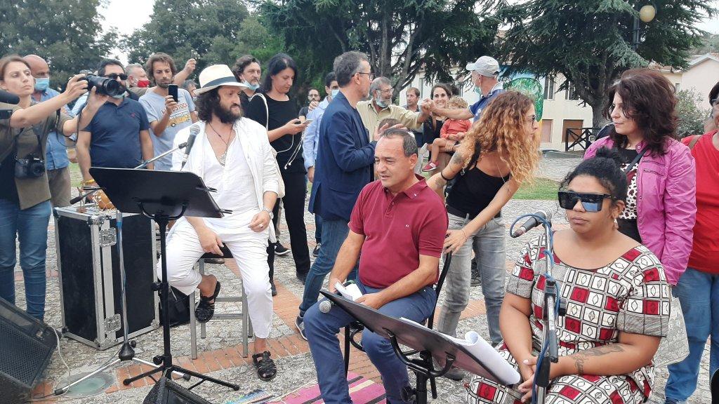 دومينيكو لوتشانو خلال احتجاج تضامني معه في رياتشي. المصدر: أنسا/ أليساندرو سيجيري.