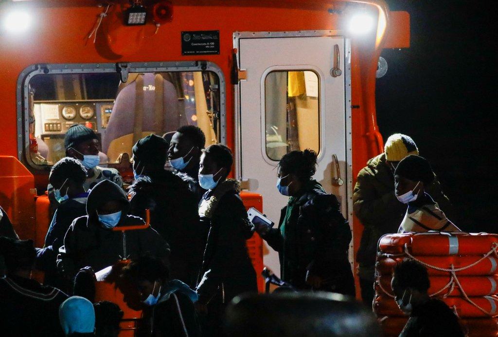 Des migrants arrivent aux Canaries après avoir été secourus en mer, le 27 juin 2021. Crédit : Reuters