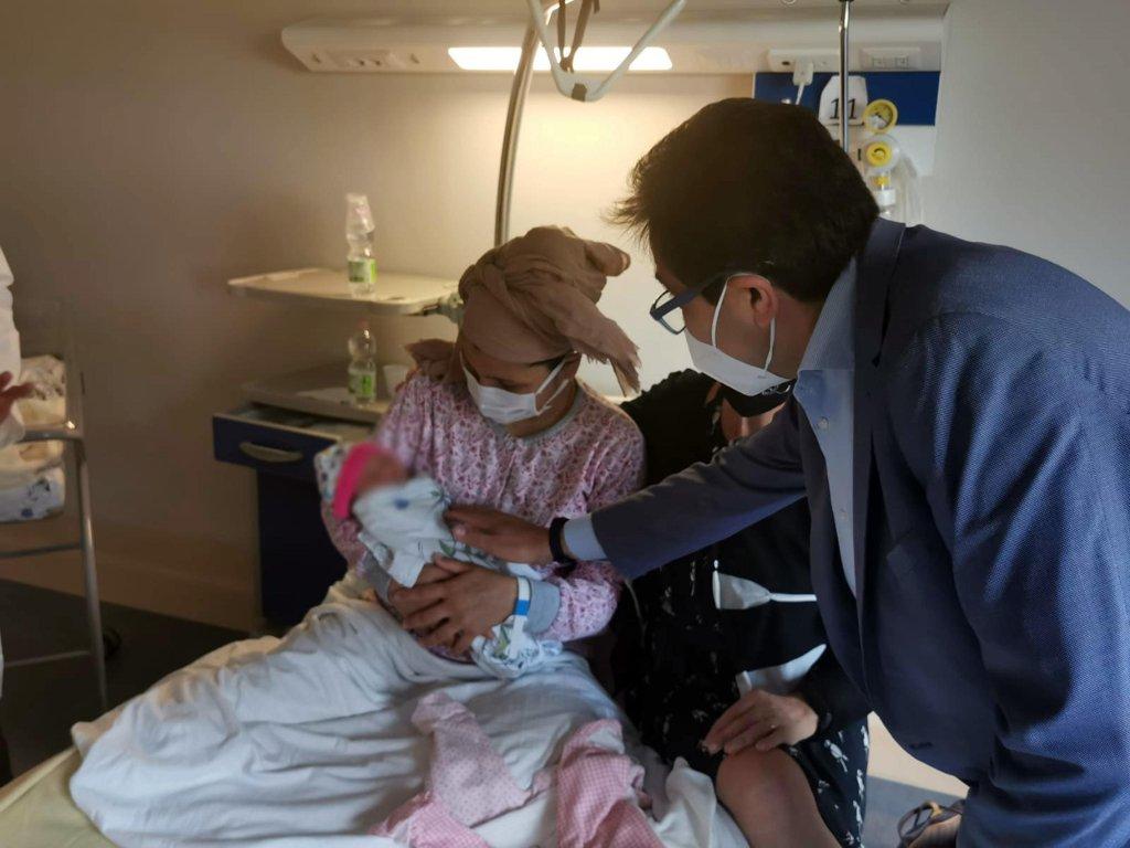 """الوليدة الرضيعة """"غزل"""" بين ذراعي أمها في مستشفي سان فيليبو نيري في روما. المصدر: أنسا."""