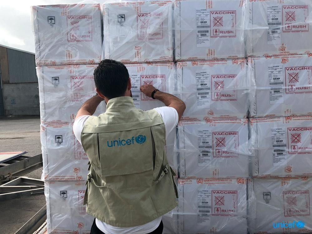 وصول الدفعة الأخيرة من اللقاحات إلى مطار معيتيقة في ليبيا. مصدر الصورة / اليونيسيف.