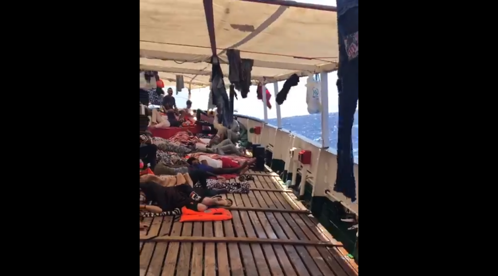 Des migrants sur le pont de l'Open Arms. Crédit : Open Arms