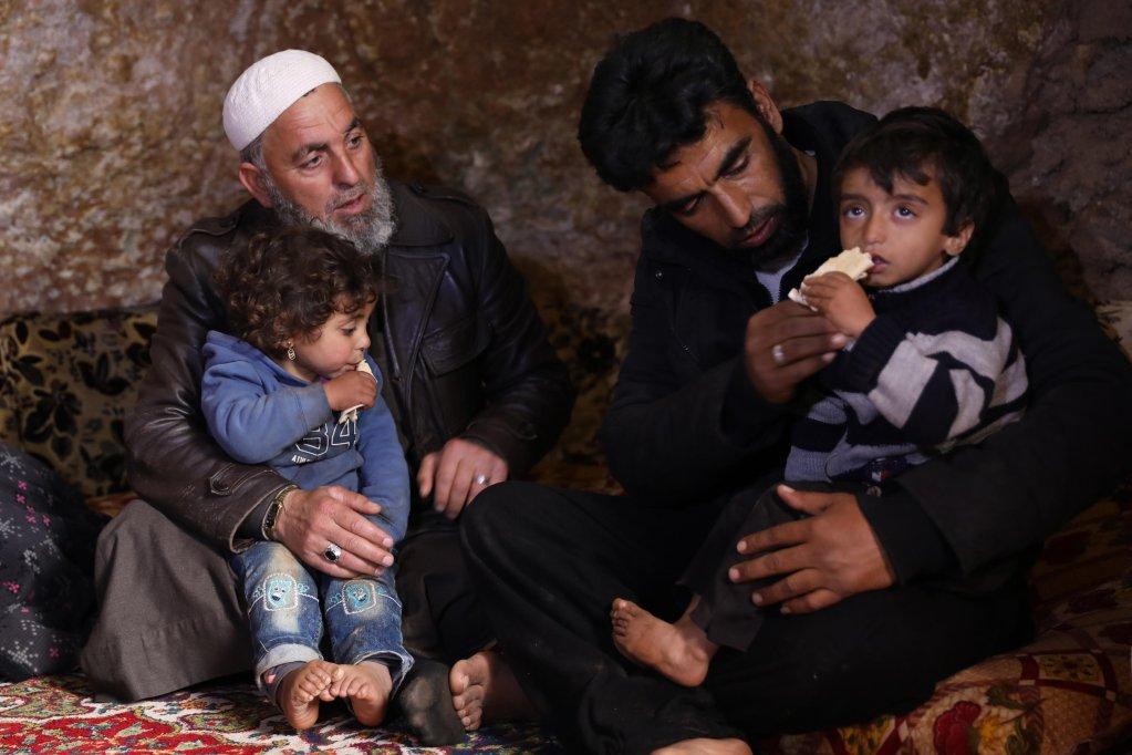 ANSA / نازحون سوريون يجلسون في ملجأ تحت الأرض بقرية تالتونا على بعد 17 كيلو مترا شمال غرب مدينة إدلب. المصدر: إي بي إيه / يحيى نعمة.