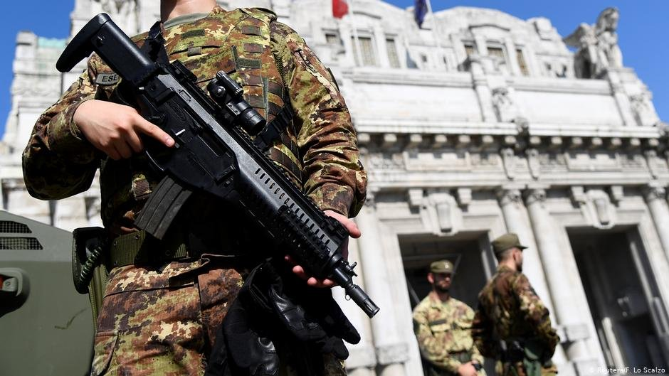Italian police and military secured the crime scene | Photo: Reuters/F. Lo Scalzo