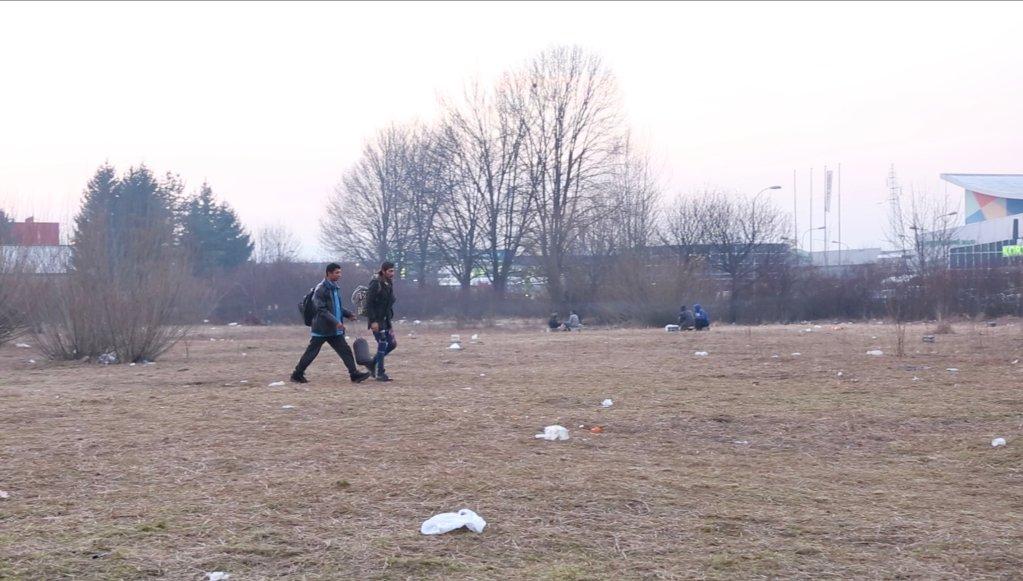 Deux hommes quittent le camp de Bira. Ils s'apprêtent à tenter le passage de la frontière Bosno-croate. Crédit : Claire Debuyser