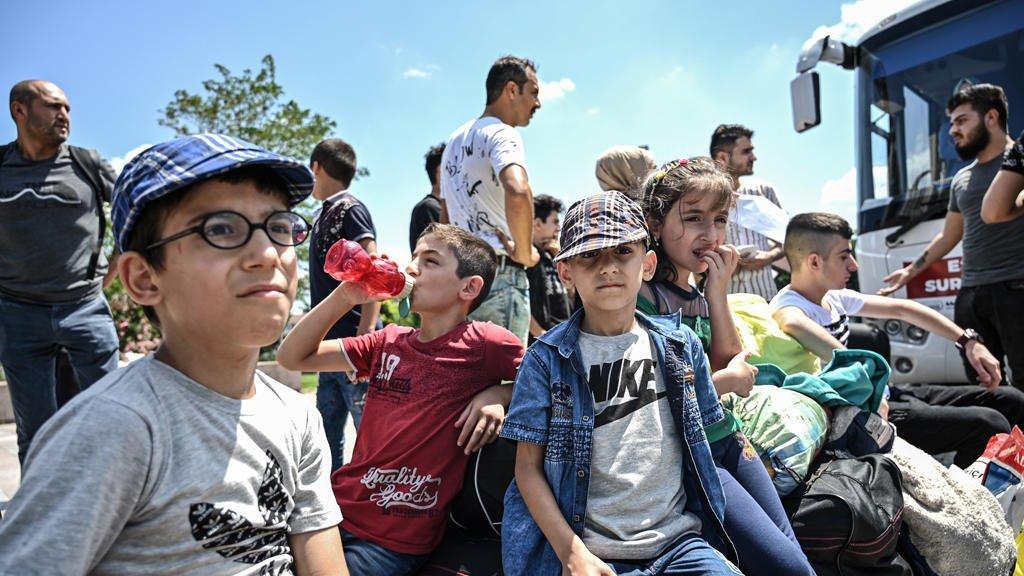 ( أ ف ب) |أطفال سوريون في إسطنبول يجلسون على أمتعة في انتظار ركوب الحافلات العائدة إلى سوريا
