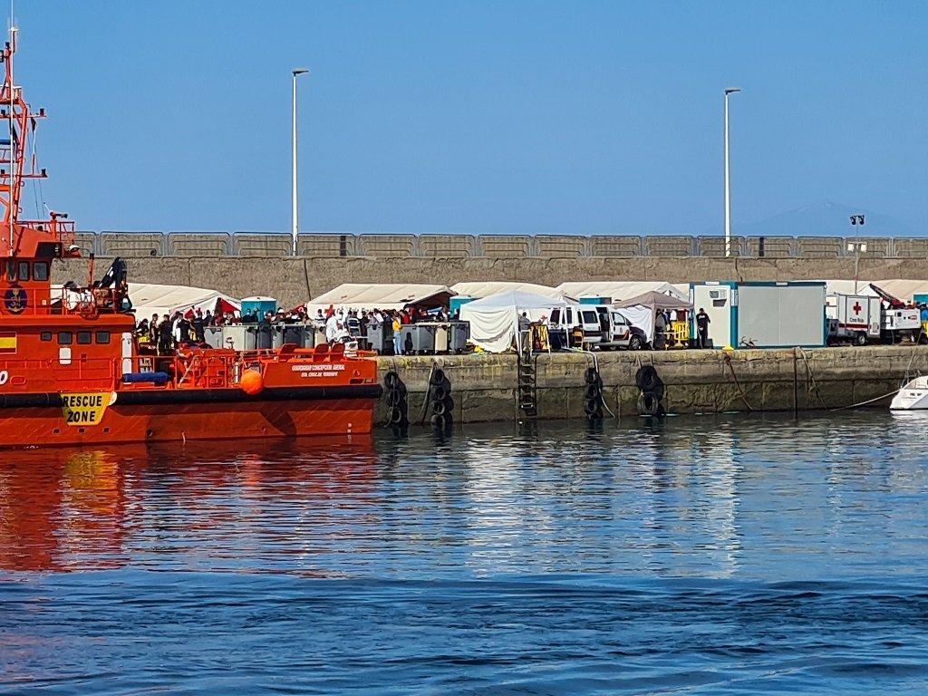 أكثر من ألفي مهاجر يعيشون في مخيم مؤقت في ميناء أرغينيغين، في جزر الكناري. مهاجر نيوز