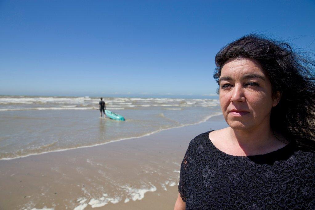 Béatrice Huret sur la plage de Dannes, d'où est parti Mokhtar en 2016. Crédit : Reuters