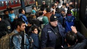 Des migrants arrivent à la gare de Copenhague, le 12 novembre 2015. Photo AFP
