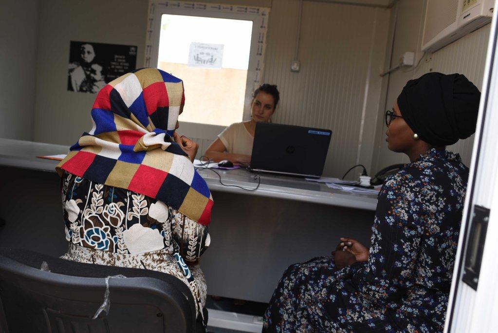 Photo d'archive prise lors d'un entretien mené par un agent de l'OFPRA au Niger début 2018, avec un demandeuse d'asile. Crédit : Mehdi Chebil/InfoMigrants.